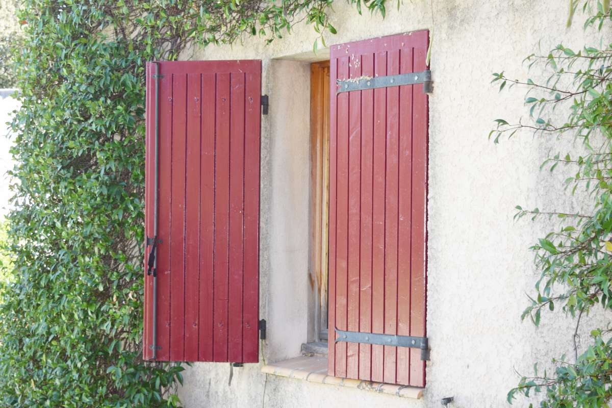 Fenêtre de notre maison de vacances à Saint Bénézet avec GuesttoGuest