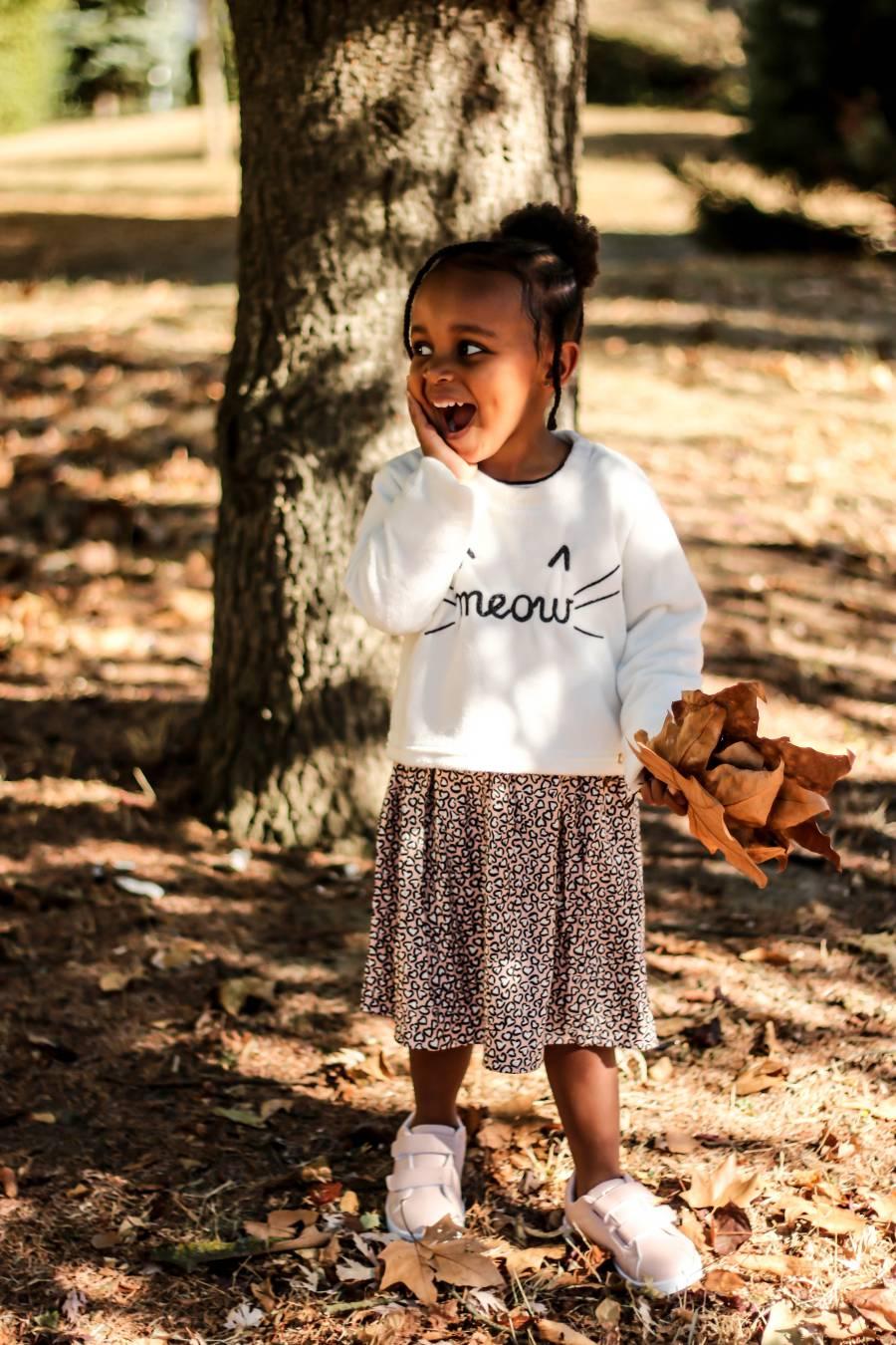 Mlle L dans une robe de la nouvelle collection automne hiver de la marque IKKS