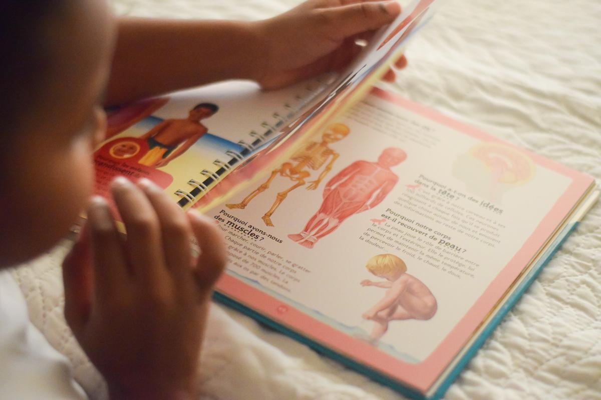 Le livre des pourquoi, lu par un petit garçon