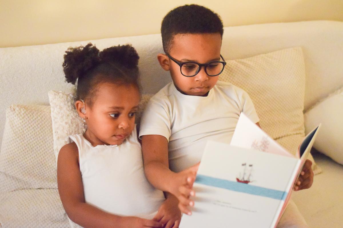 """Enfants en train de lire le livre """"Mon amour"""""""