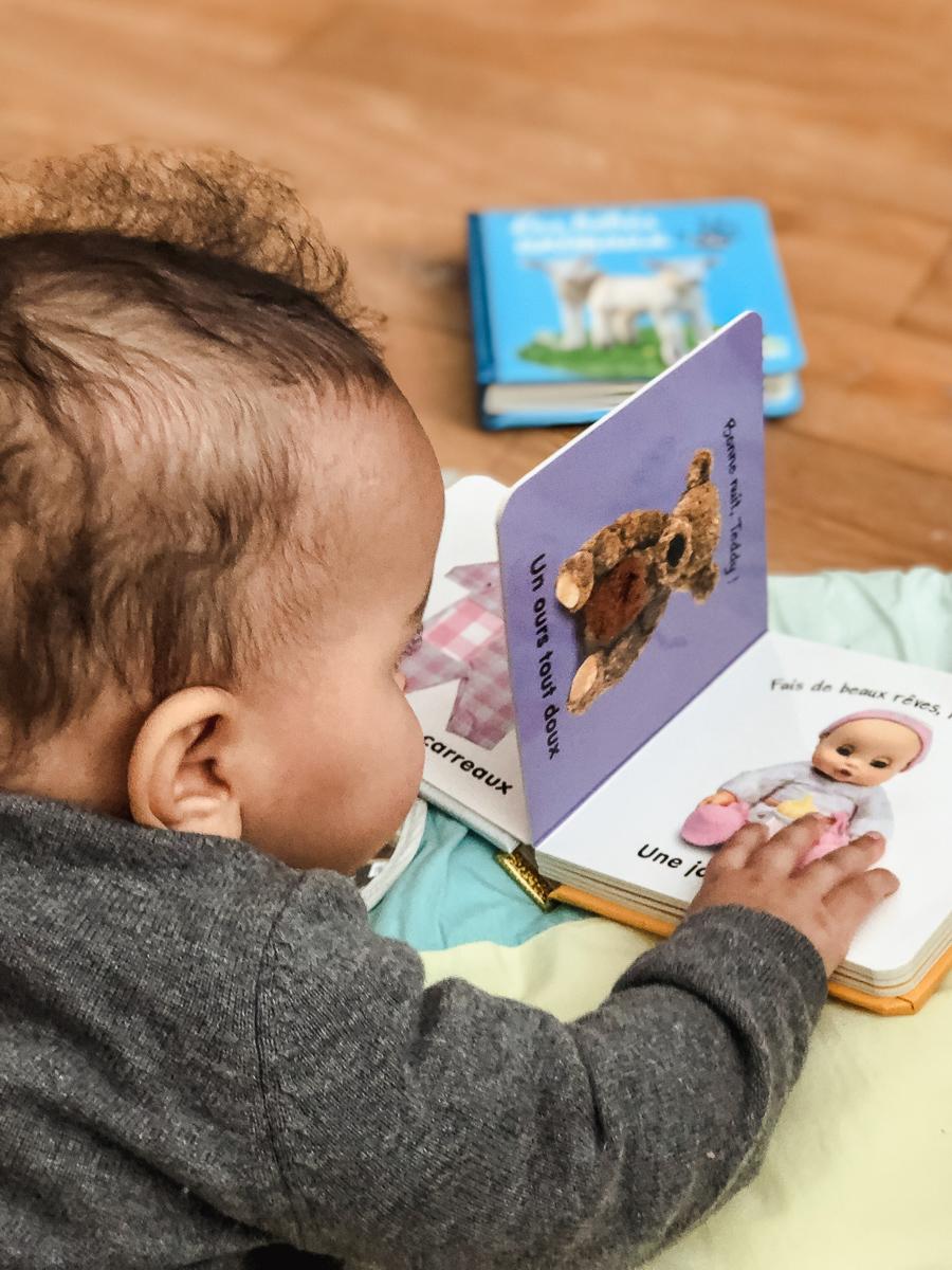 Baby L en train de découvrir les petits imagiers de la collection bébé touche-à-tout des éditions Langue au Chat