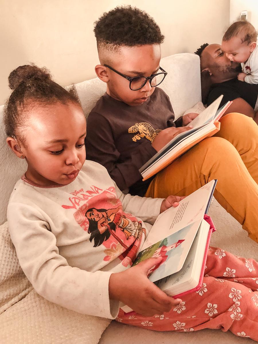 Enfants en train de lire des contes traditionnels revisités par Sybile.