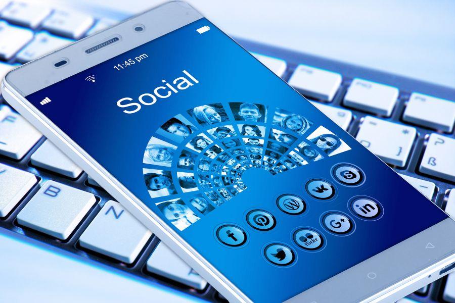 Téléphone portable représentant des icônes de réseaux sociaux