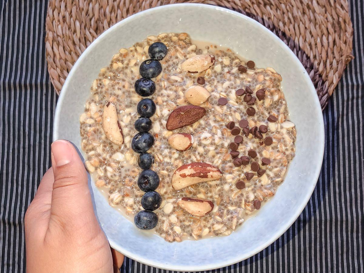 Porridge aux flocons d'avoine, noix du Brésil, myrtilles et pépites de chocolat