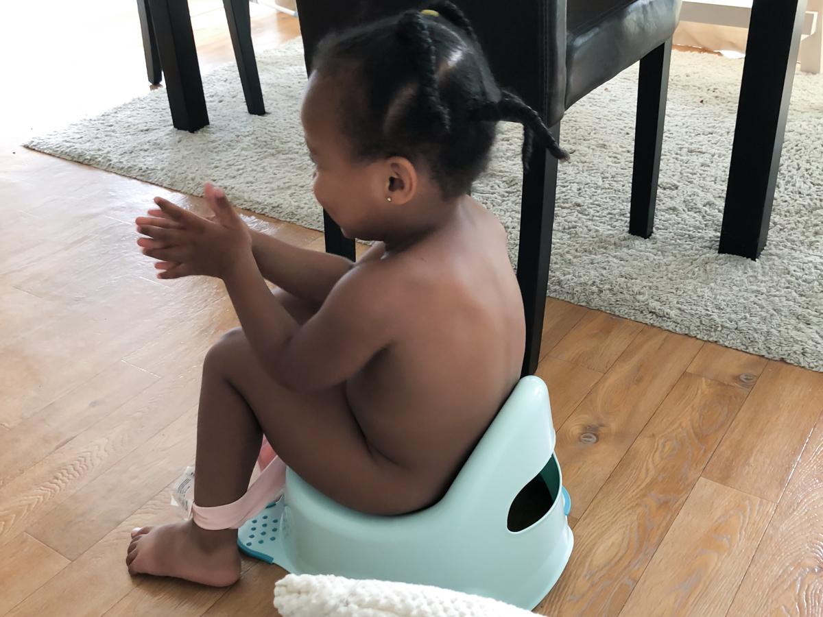 Petite fille sur le pot : apprentissage de la propreté
